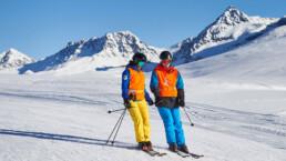 Skilehrer und Sehbehindertet miteinander am Skifahren auf dem Tschuggen in Arosa