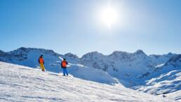 Skifahren bei Sonnenschein in Arosa